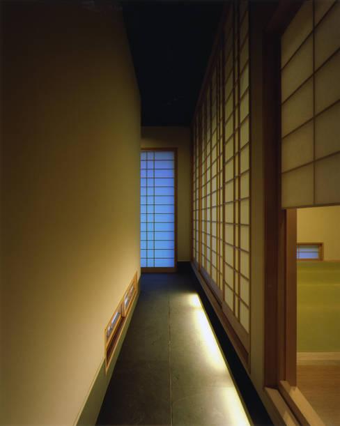 Corridor & hallway by Architect Show co.,Ltd