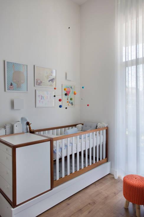 Apartamento Cool: Quarto infantil  por Carolina Mendonça Projetos de Arquitetura e Interiores LTDA