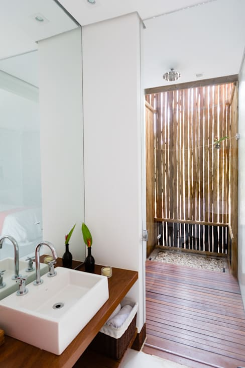 Bathroom by Antônio Ferreira Junior e Mário Celso Bernardes
