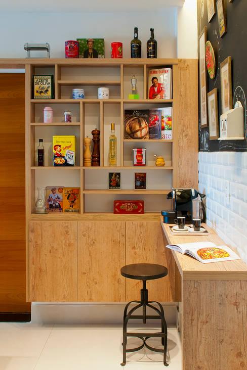 Estante bistrô: Cozinha  por Egg. Interiores