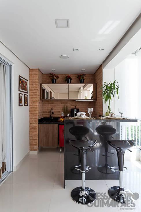 Balkon, veranda & terras door Martins Valente Arquitetura e Interiores