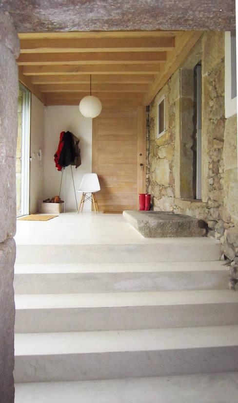 Ezcurra e Ouzande arquitecturaが手掛けた廊下 & 玄関