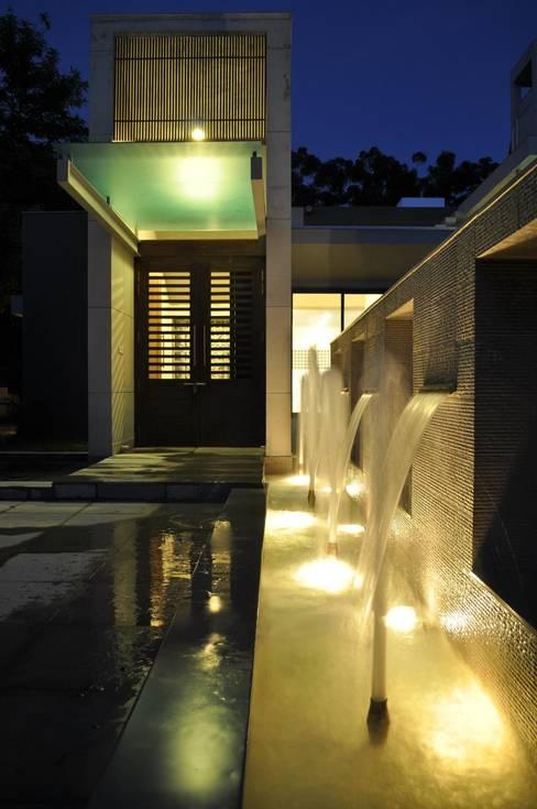 Pasillos y recibidores de estilo  por Vipul Patel Architects