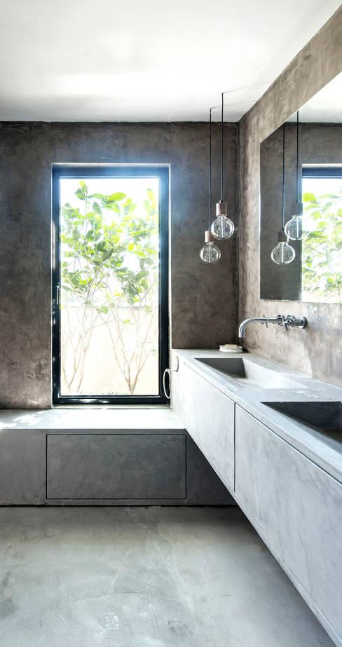 Duplex Penthouse in Tel Aviv: Salle de bains de style  par toledano + architects