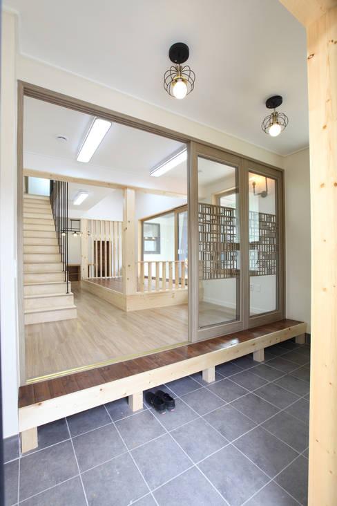 주택설계전문 디자인그룹 홈스타일토토が手掛けた廊下 & 玄関