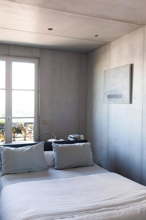 Concrete Flat: Chambre de style  par Concrete LCDA