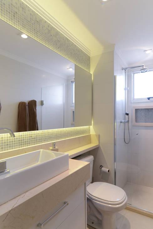 Projeto 70m² Mooca: Banheiros  por RAFAEL SARDINHA ARQUITETURA E INTERIORES