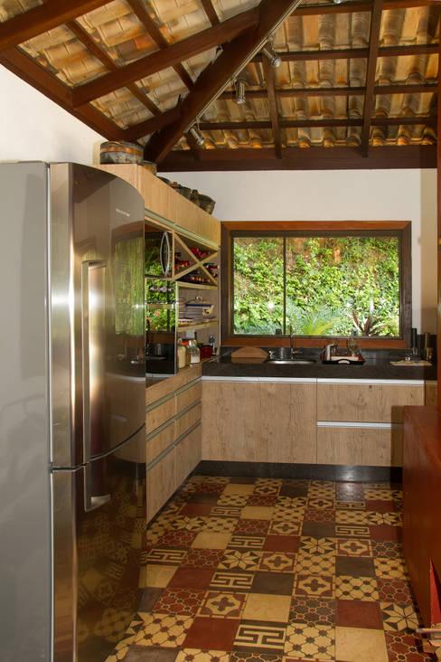 Projekty,  Kuchnia zaprojektowane przez CAMILA FERREIRA ARQUITETURA E INTERIORES