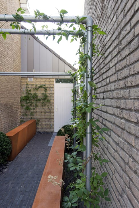 Jardines de estilo  de De Rooy Hoveniers