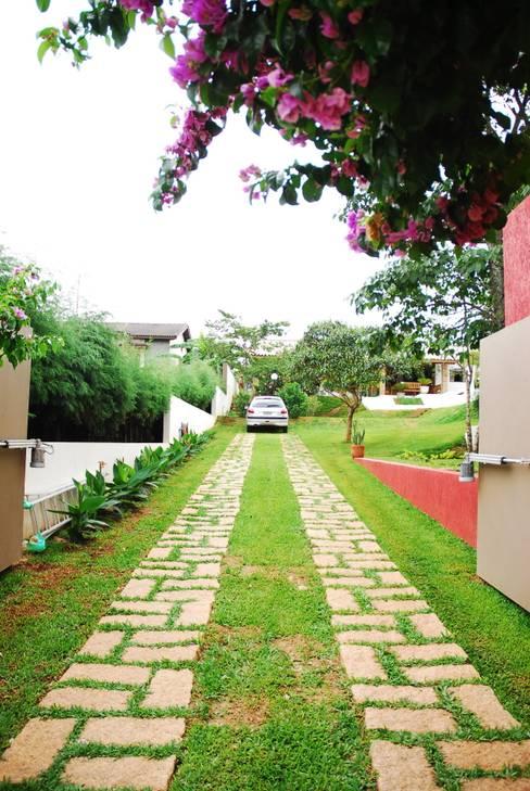 Jardines de estilo  por Mônica Mellone Arquitetura