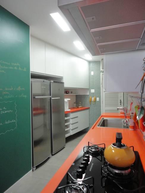 APARTAMENTO EM COPACABANA - CORTE DE CANTAGALO: Cozinhas  por Maria Helena Torres Arquitetura e Design