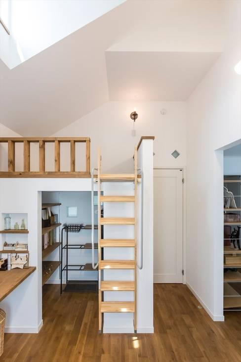 子供部屋 - LDKにキッズスペースのあるプロヴァンススタイルの家: ジャストの家が手掛けた子供部屋です。
