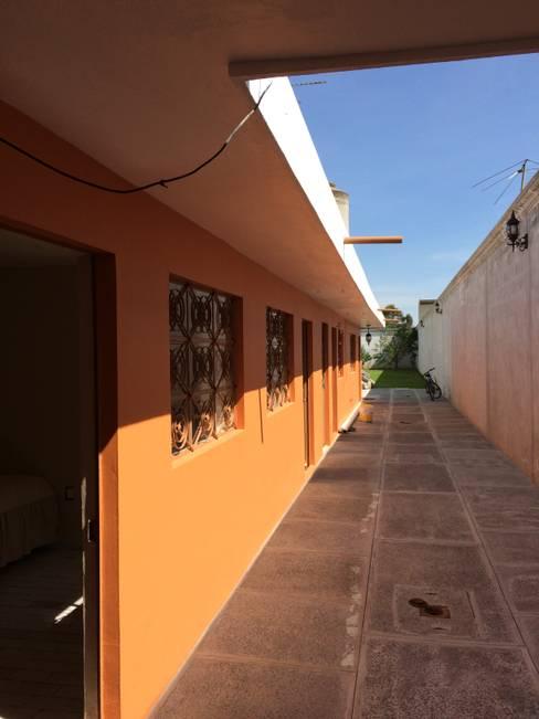 Couloir et hall d'entrée de style  par Taller Esencia