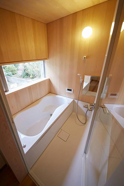 青森ヒバを張った浴室: 一級建築士事務所co-designstudioが手掛けた浴室です。