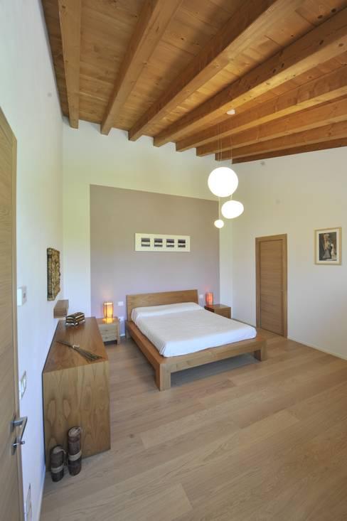 Dormitorios de estilo  por studio arch sara baggio