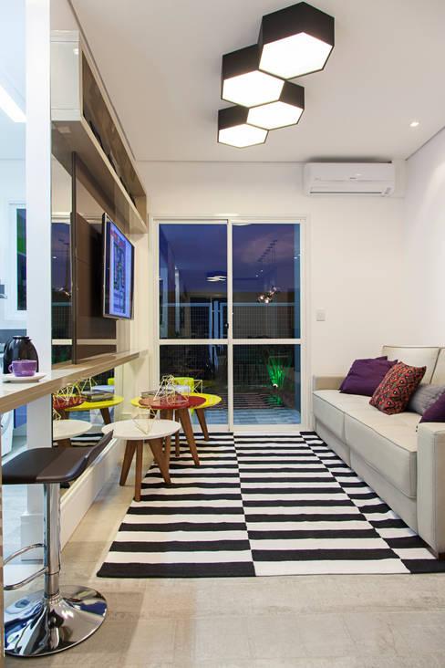 Apartamento decorado Ecco Villagio Canoas: Salas de estar  por carolina lisot arquitetura