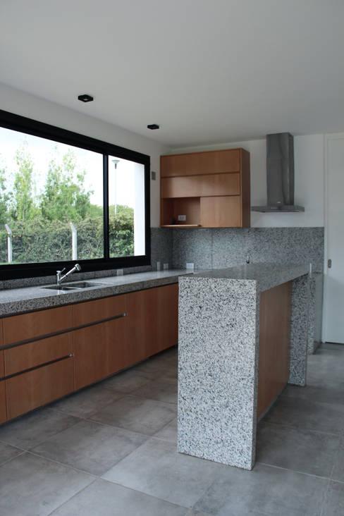 Projekty,  Kuchnia zaprojektowane przez Estudio .m