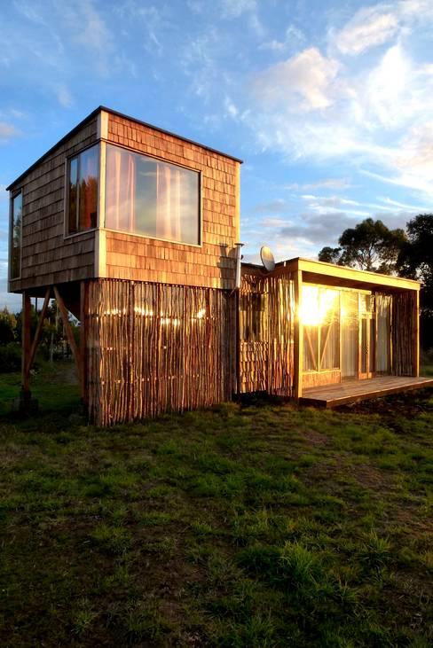 Frente y pieza elevada: Casas de estilo  por PhilippeGameArquitectos