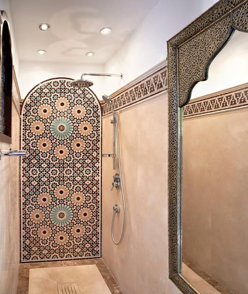 Mampara de baño en mosaico: Baños de estilo  de Decoración Andalusí