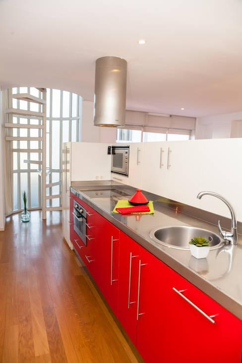 HOME STAGING VIVIENDA SANTA CRISTINA OLEIROS:  de estilo  de Ya Home Staging