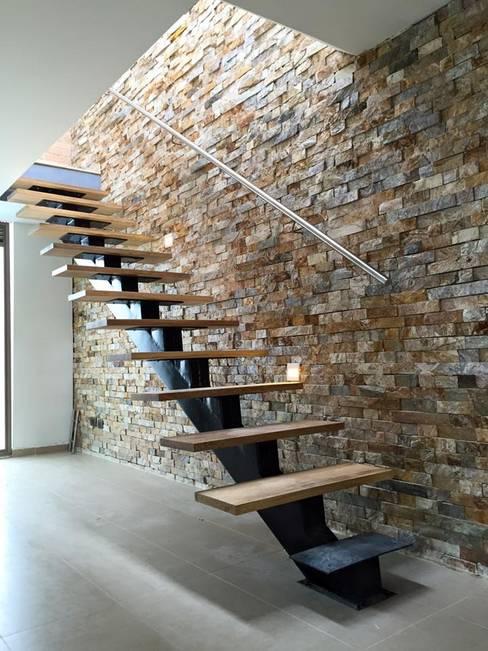 Couloir et hall d'entrée de style  par ALSE Taller de Arquitectura y Diseño