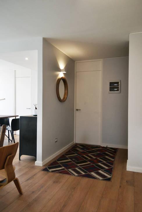DEPTO. 34 : Pasillos y hall de entrada de estilo  por ESTUDIO BASE ARQUITECTOS