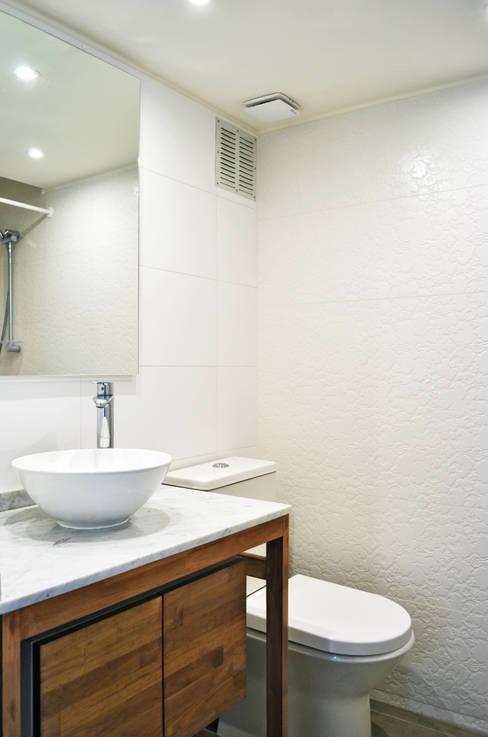DEPTO. 34 : Baños de estilo  por ESTUDIO BASE ARQUITECTOS