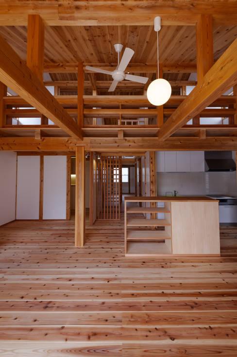 Living room by 高野三上アーキテクツ一級建築設計事務所  TM Architects