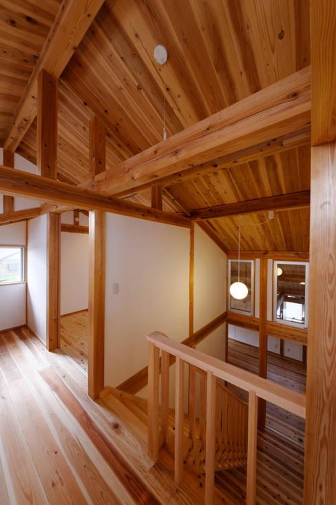 Corridor & hallway by 高野三上アーキテクツ一級建築設計事務所  TM Architects