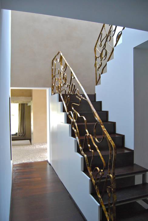 Pasillos y hall de entrada de estilo  por Ines Benavides