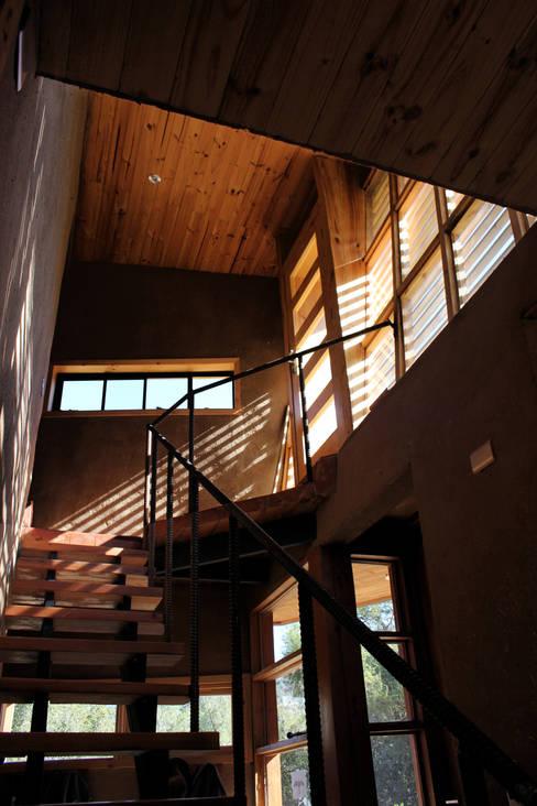 Escalera: Escaleras de estilo  por ALIWEN arquitectura & construcción sustentable - Santiago
