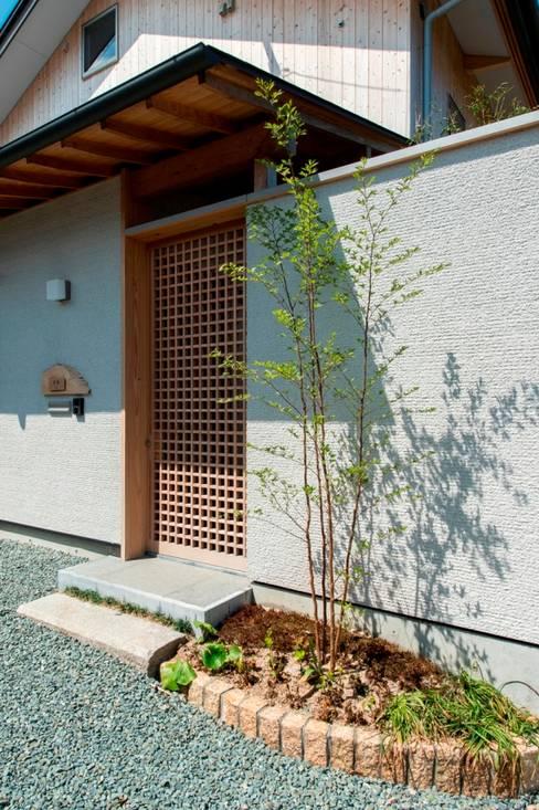 Pasillos y hall de entrada de estilo  por AMI ENVIRONMENT DESIGN/アミ環境デザイン
