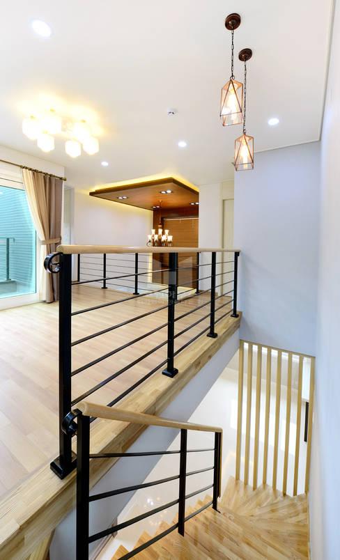 Couloir, entrée, escaliers de style  par 코원하우스