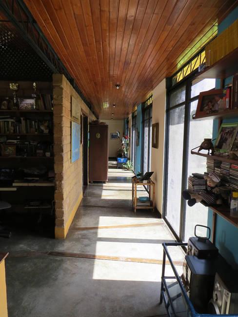 Pasillos y hall de entrada de estilo  por YUSO