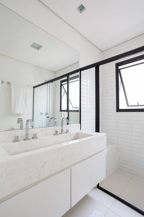 Casas de banho  por Tria Arquitetura