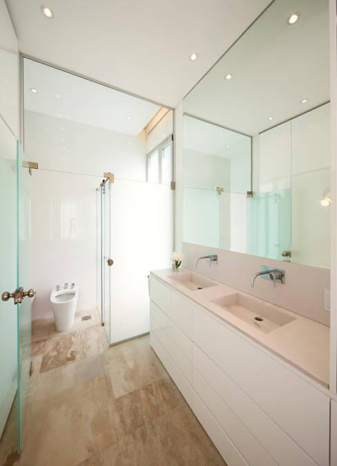 Bathroom by VISMARACORSI ARQUITECTOS