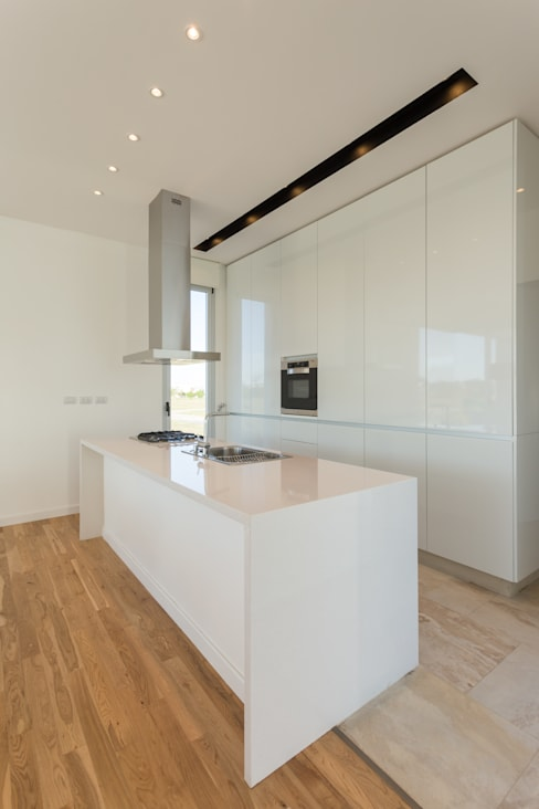 Kitchen by VISMARACORSI ARQUITECTOS