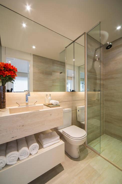 MAC_Cosmopolitan Santa Cecília 35m²: Banheiros  por Chris Silveira & Arquitetos Associados