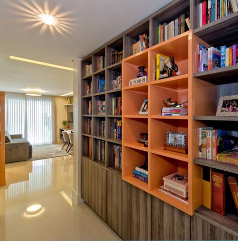 Residência JQ | Agronômica: Salas de estar  por Tatiana Junkes Arquitetura e Luminotécnica