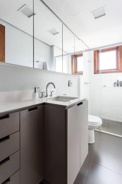 ap. SM: Banheiros  por Ateliê 7 arquitetura e design integrados