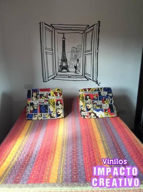 Vinilo ventana Paris: Dormitorios de estilo  por Vinilos Impacto Creativo