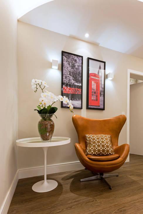 Casa Villa: Corredores e halls de entrada  por Designer de Interiores e Paisagista Iara Kílaris