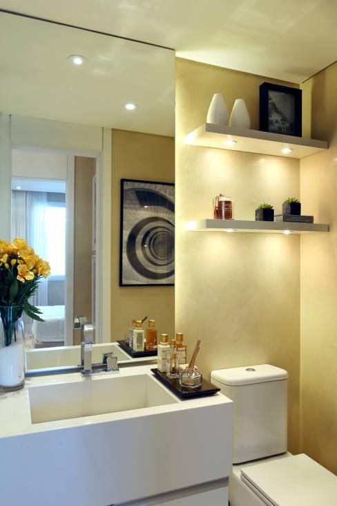 Projekty,  Łazienka zaprojektowane przez Chris Silveira & Arquitetos Associados