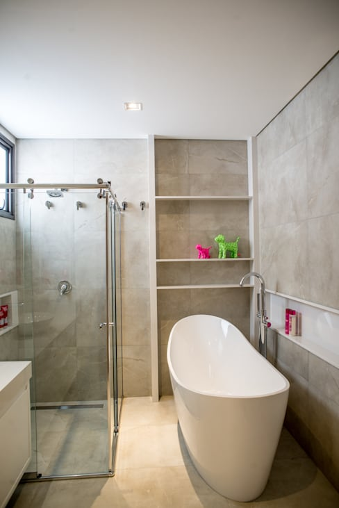 Contemporânea e de volumetria imponente: Banheiros  por Camila Castilho - Arquitetura e Interiores