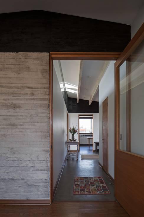 Corridor & hallway by SUN Arquitectos