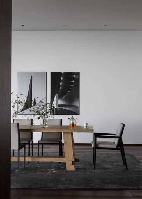 Avenue Fresnaye Villa:  Dining room by Jenny Mills Architects