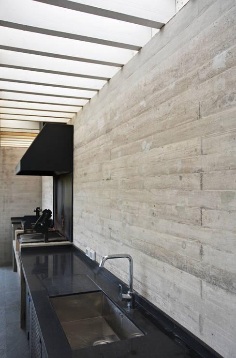 CASA P65: Terrazas  de estilo  por ESTUDIO BASE ARQUITECTOS