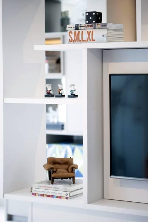 Detalhe da estante divisória: Sala de estar  por Aonze Arquitetura