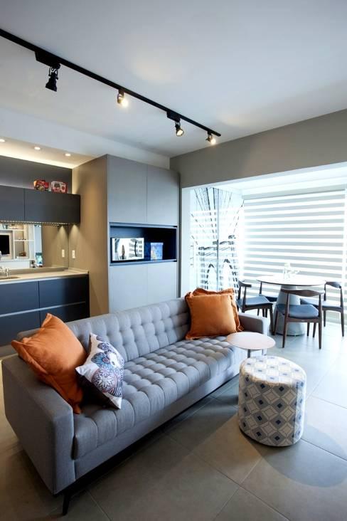 Sofá confortável: Sala de estar  por Aonze Arquitetura