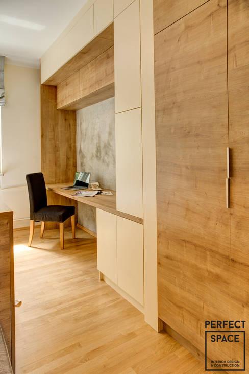 Mieszkanie dla singla: styl , w kategorii Domowe biuro i gabinet zaprojektowany przez Perfect Space